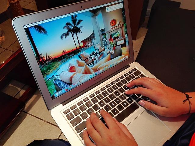 počítač na stole.jpg
