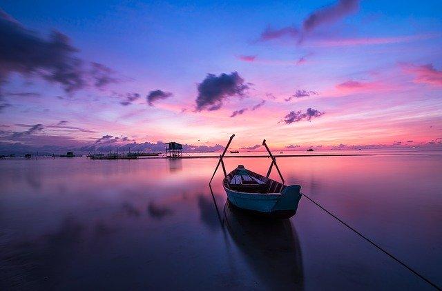 Čln na pláži.jpg