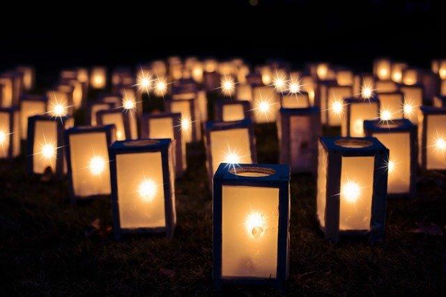 Zapálené sviečky v tme