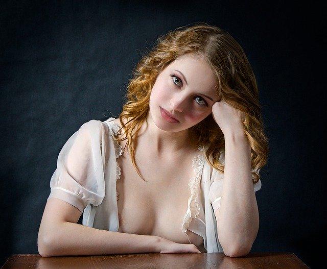 Dievča v bielej košieľke s odhaleným poprsím
