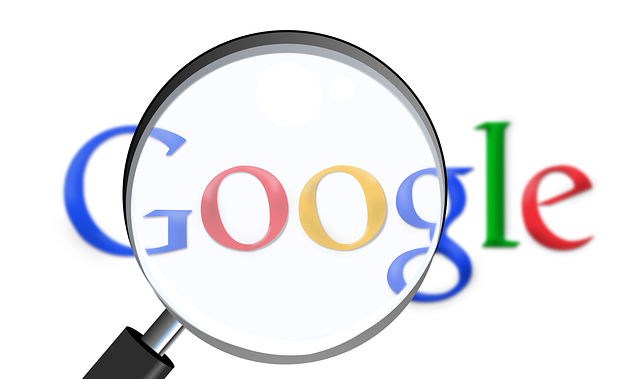 Nápis Google, na ktorý je namierená lupa