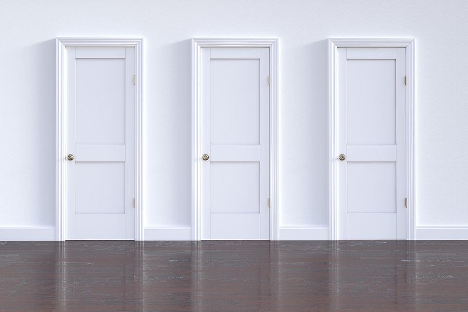 tri biele dvere